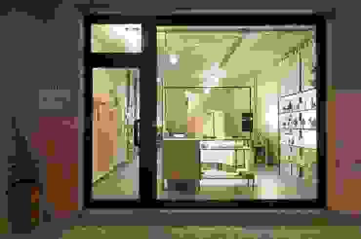 esterno - vetrina Negozi & Locali commerciali in stile industrial di Andrea Stortoni Architetto Industrial