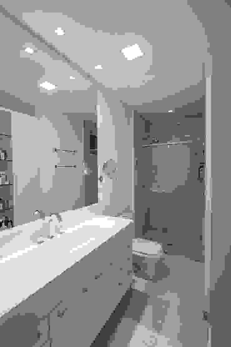 Refúgio à beira mar Banheiros modernos por Actual Design Moderno