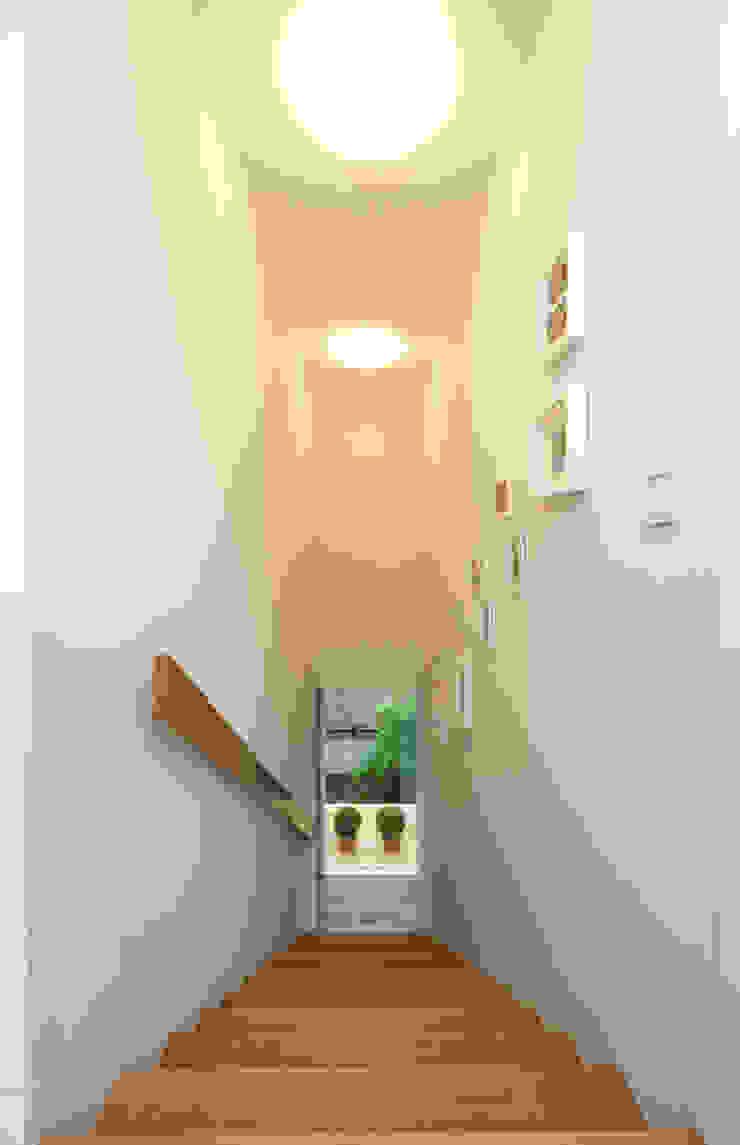 27289 現代風玄關、走廊與階梯 根據 Cubus Projekt GmbH 現代風