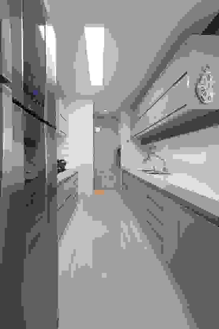 Refúgio à beira mar Cozinhas modernas por Actual Design Moderno