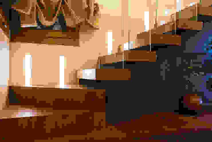 Modern Corridor, Hallway and Staircase by Matteo Gattoni - Architetto Modern