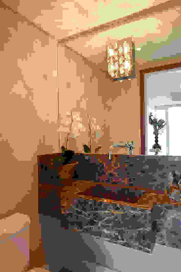 Papel de parede em banheiro por Adriana Bellão - Arquitetura de A a Z Eclético