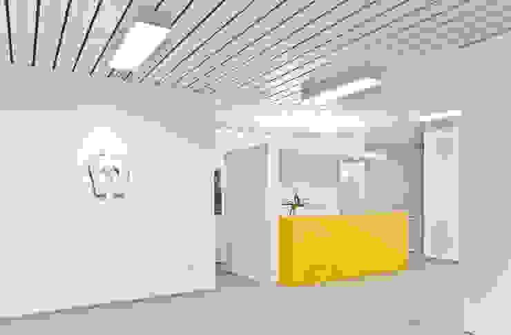 Farbakzente Moderne Praxen von Studio DLF Modern
