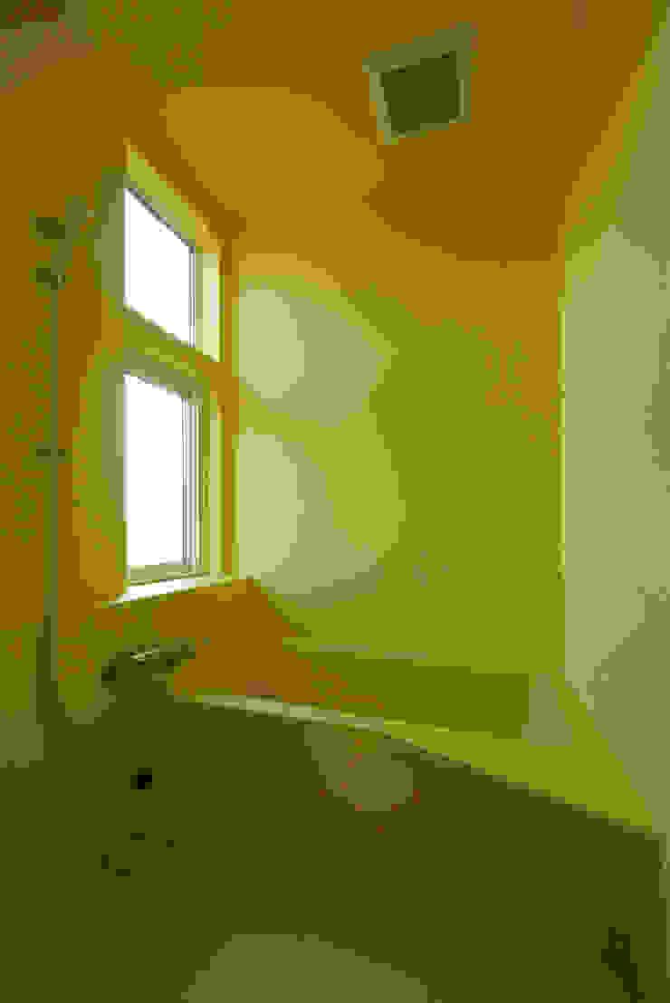 浴室 モダンスタイルの お風呂 の エム・アンド・オー モダン
