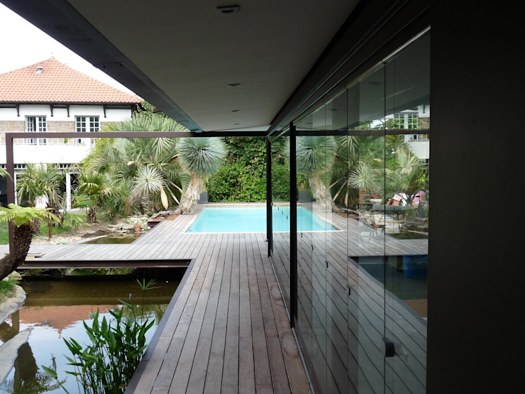 création d'une piscine et son Poolhouse. par Christian Larroque Moderne