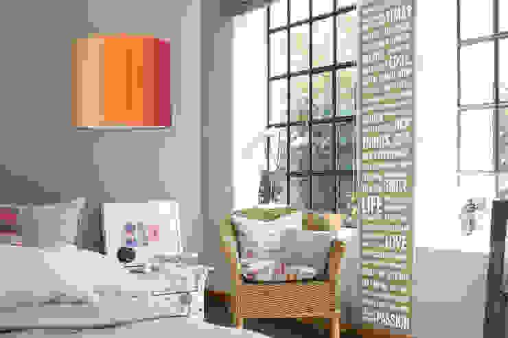 """Lampenschirm """"Stripes Peach-Dragonfruit"""" mit Wallpanel """"CreDo beige"""": modern  von Anna Wand,Modern"""