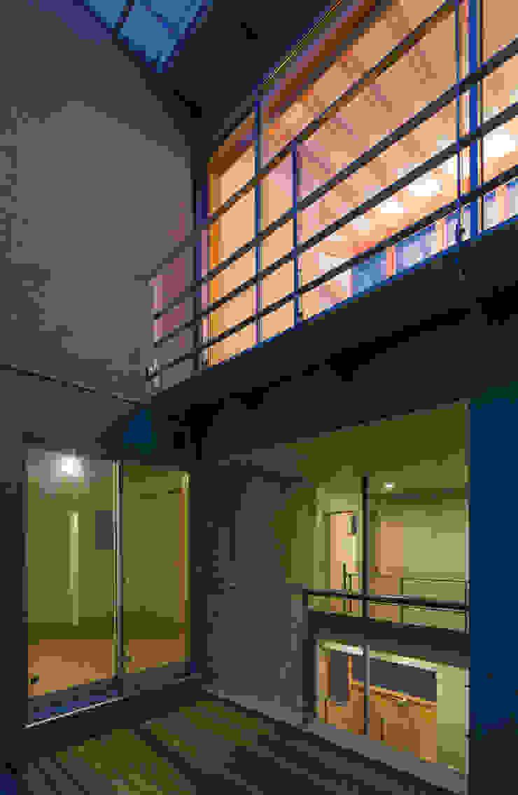 南側外観の夕景 モダンな 家 の 株式会社フォルムス/FORMS モダン