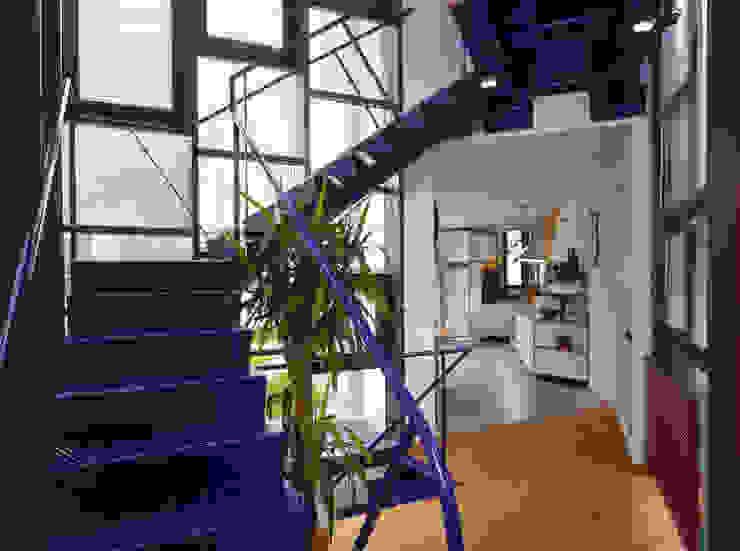 scala a giorno in lamiera Ingresso, Corridoio & Scale in stile moderno di RoccAtelier Associati Moderno Ferro / Acciaio