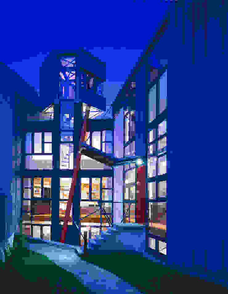 una casa trasparente Finestre & Porte in stile moderno di RoccAtelier Associati Moderno