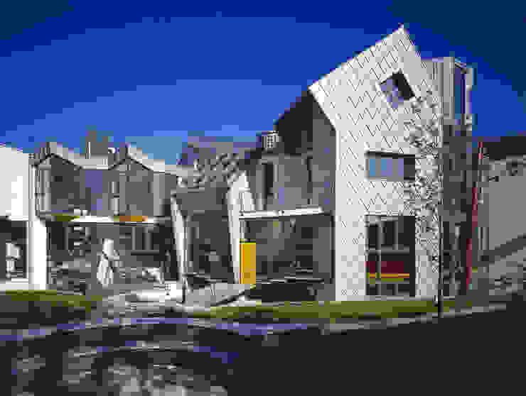 il tetrino e gli spazi del giardino comune Case moderne di RoccAtelier Associati Moderno