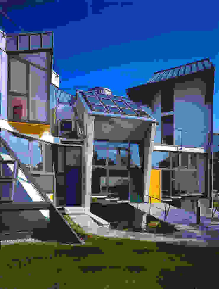ingressi personalizzati per ogni villa Case moderne di RoccAtelier Associati Moderno