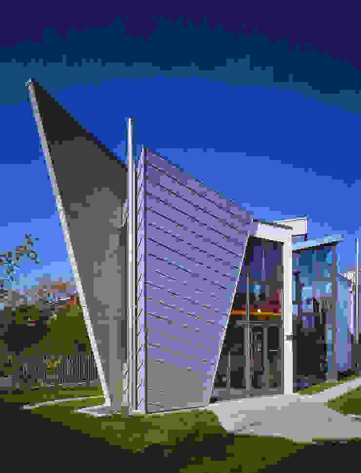 lo spazio del giardino privato in quota e aperto sullo spazio cucina Case moderne di RoccAtelier Associati Moderno
