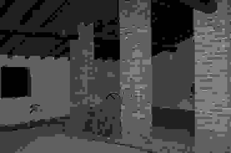 Riordino di idee ed esigenze: da edificio rurale ad abitazione efficiente di archiroveri Rustico