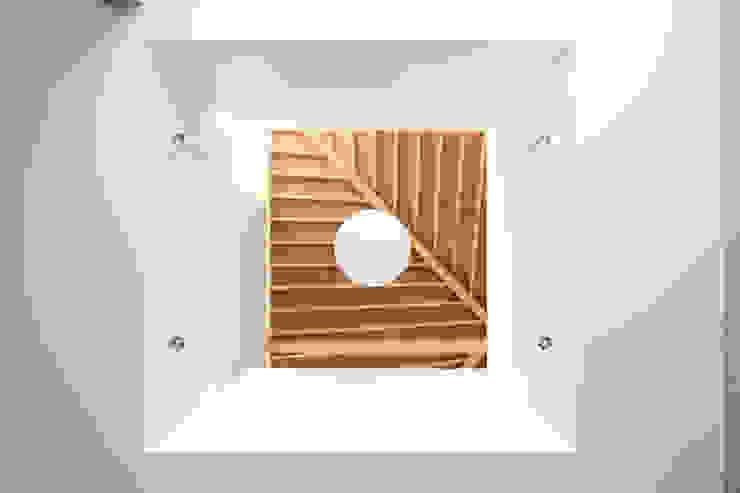 木の下のマテリアル: Kazuto Nishi Architectsが手掛けたアジア人です。,和風