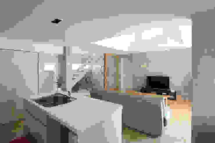 木の下のマテリアル 和風デザインの リビング の Kazuto Nishi Architects 和風