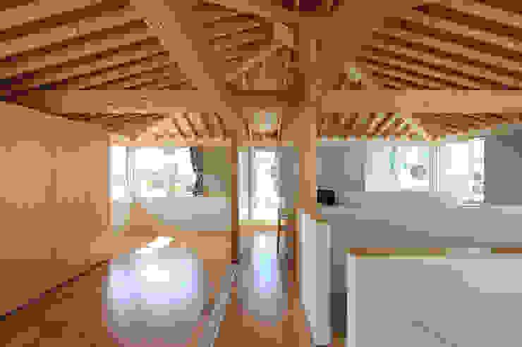 木の下のマテリアル: Kazuto Nishi Architectsが手掛けた廊下 & 玄関です。,和風