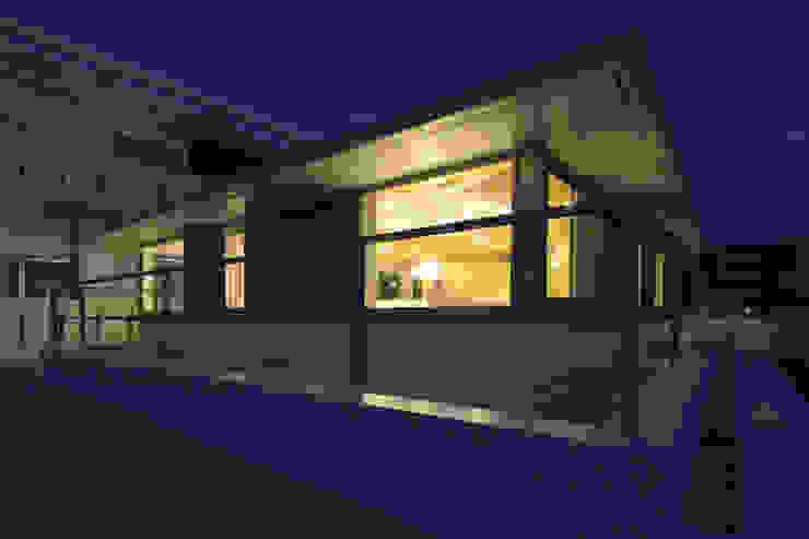 木の下のマテリアル 日本家屋・アジアの家 の Kazuto Nishi Architects 和風