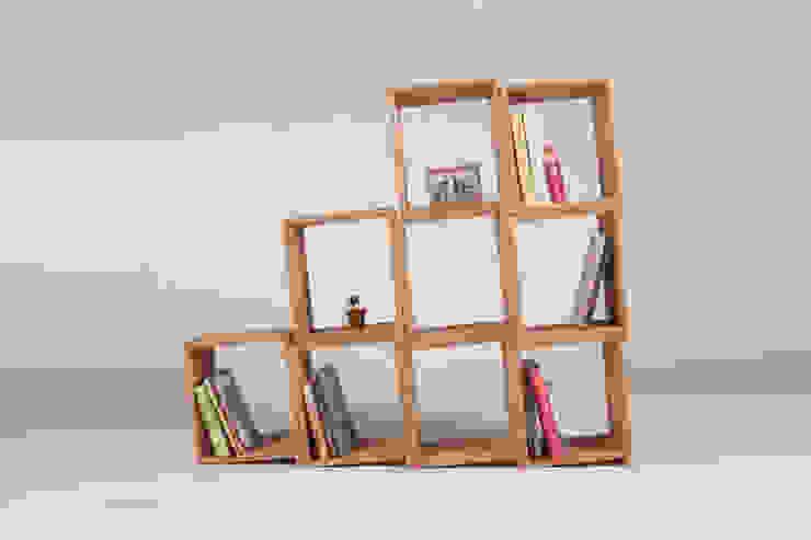 Slanted Bookshelf: 톤 퍼니처 스튜디오의  서재/사무실,