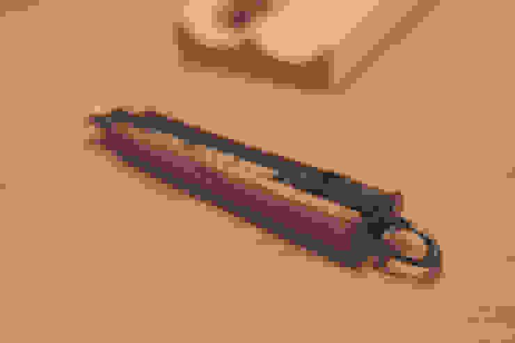 Wooden cutter: 톤 퍼니처 스튜디오의 현대 ,모던