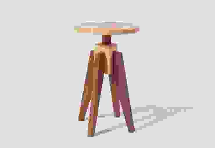 ash X walnut stool: 톤 퍼니처 스튜디오의 현대 ,모던