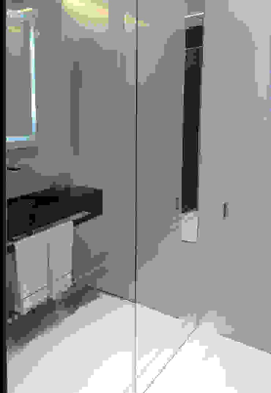 Particolare specchio con serigrafia posto a fronte del piano lavandino, riflesso Hotel di Difinoarchitetti