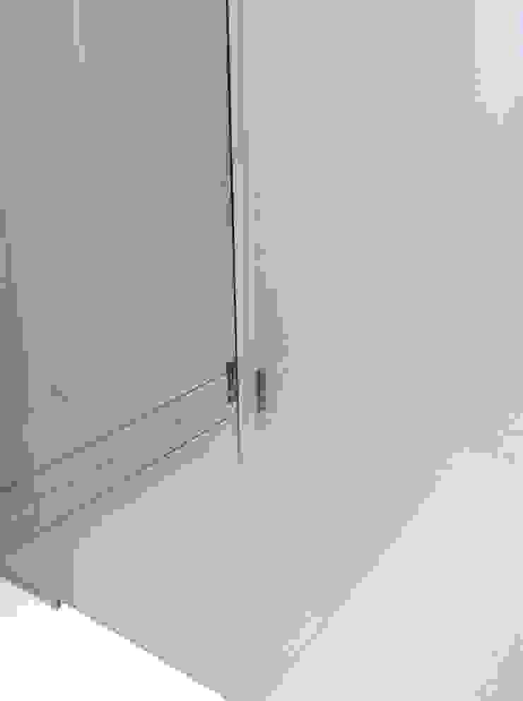 Particolare pannello scorrevole e pannello a specchio con serigrafia Hotel di Difinoarchitetti
