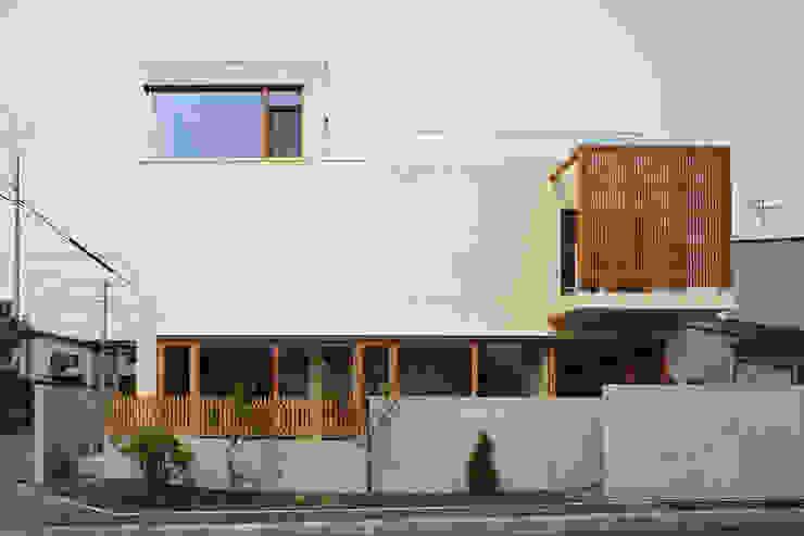 Casas de estilo moderno de 有限会社松橋常世建築設計室 Moderno