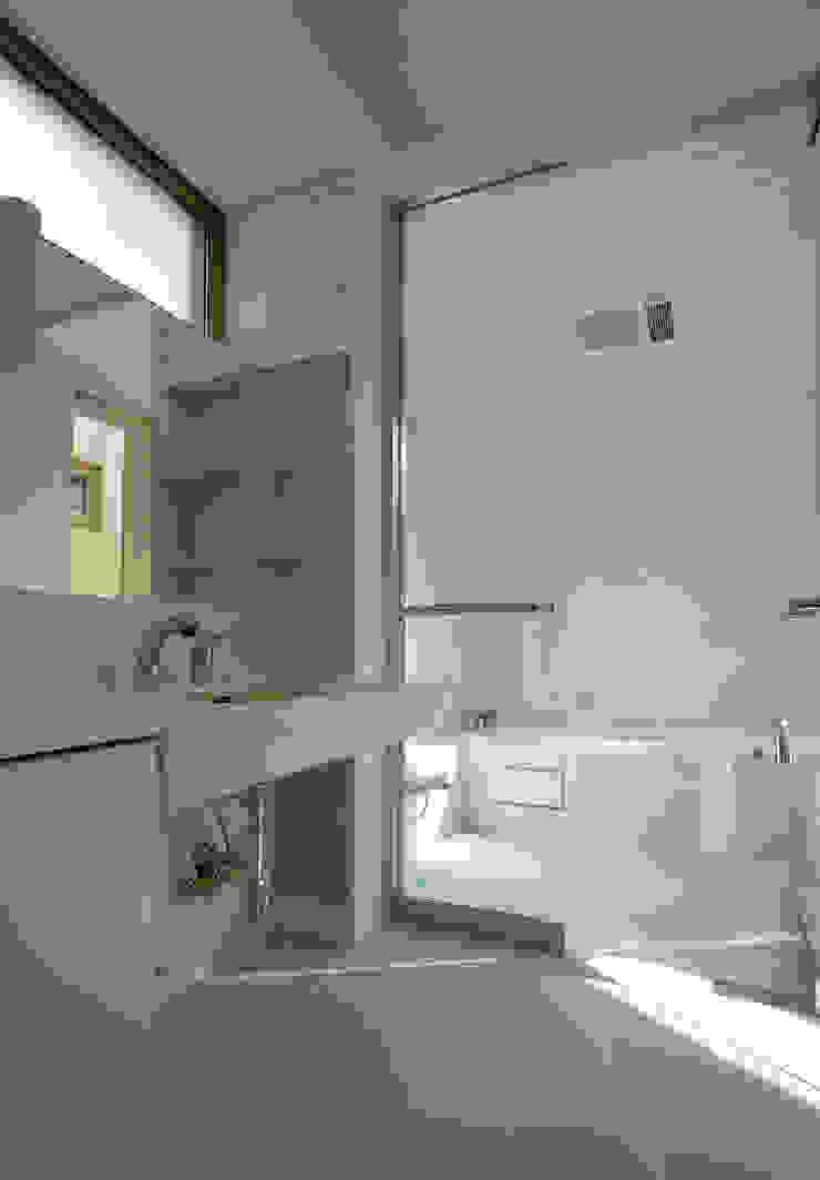 Modern houses by 有限会社松橋常世建築設計室 Modern