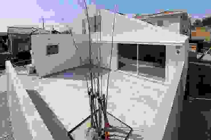 市原忍建築設計事務所 / Shinobu Ichihara Architects Jardines de estilo moderno