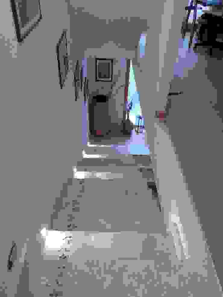 La scala e la luce Ingresso, Corridoio & Scale in stile moderno di zs 2   studio progettazione integrata Moderno