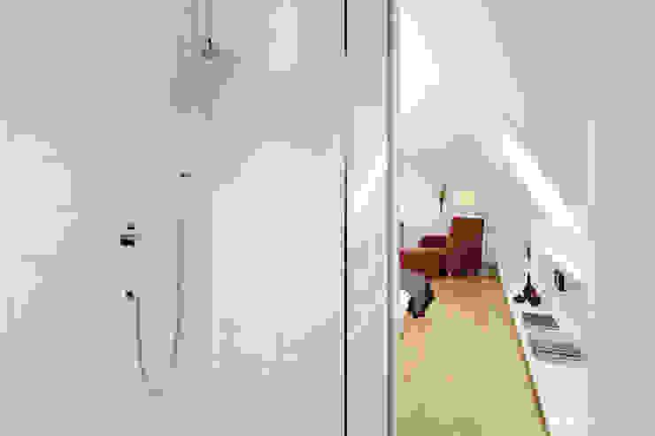 Dachgeschoss S Moderne Schlafzimmer von KPLUS KONZEPT GMBH Modern