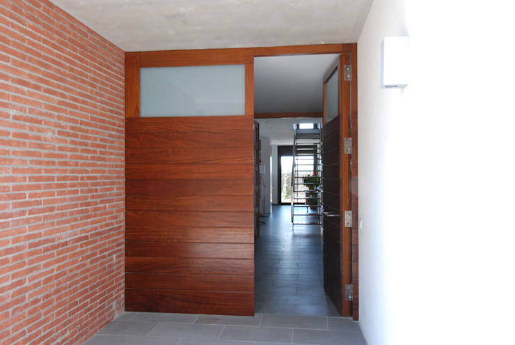 Access door Modern houses by FG ARQUITECTES Modern