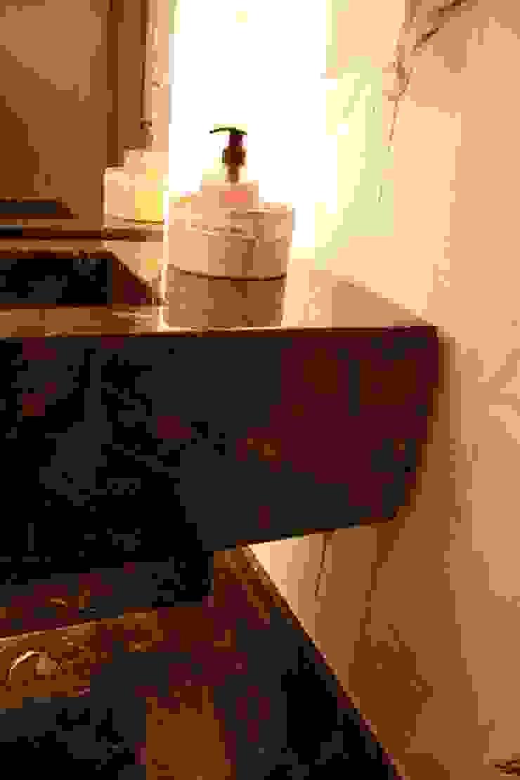 DETALHE DE BANCADA Banheiros modernos por Leles Arquitetura e Iluminação Moderno