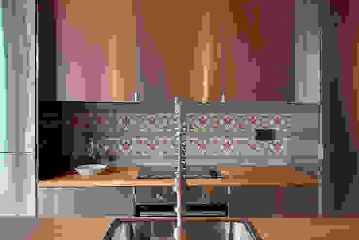 Sala da pranzo in stile mediterraneo di Lara Pujol | Interiorismo & Proyectos de diseño Mediterraneo