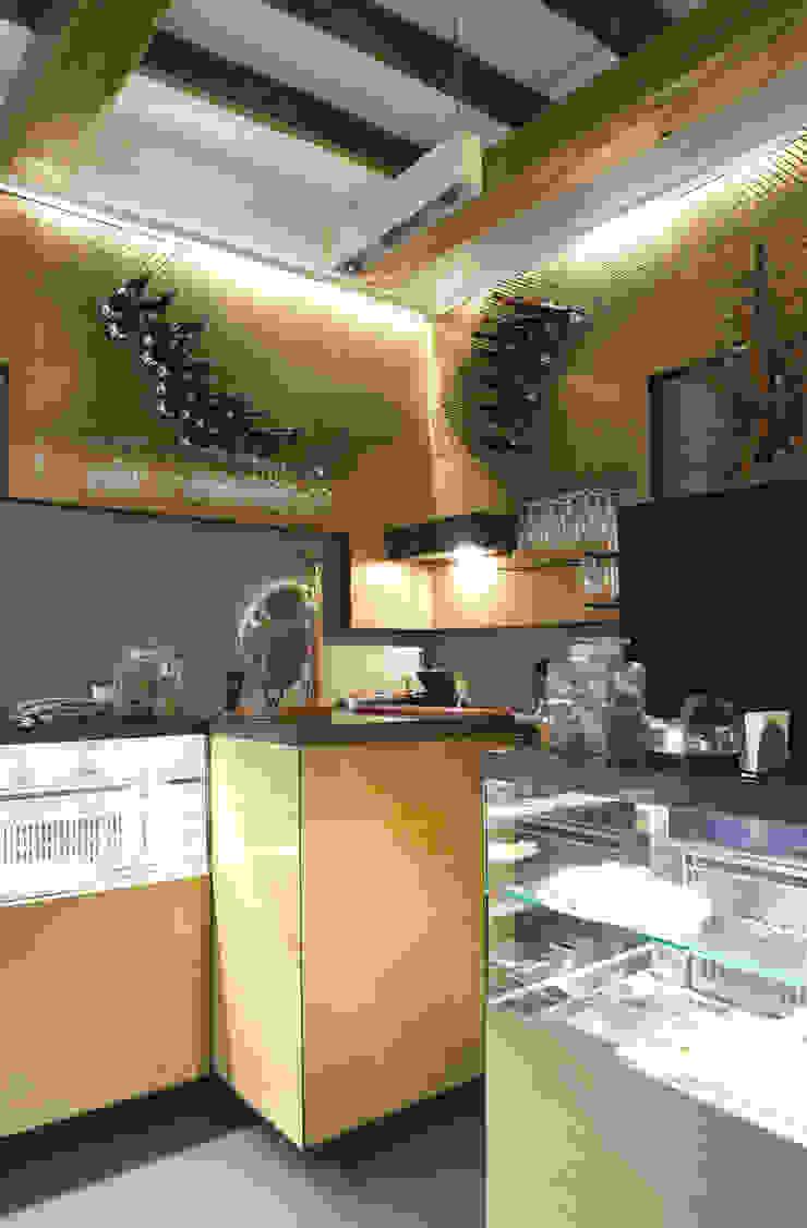 Bar Teichner B Negozi & Locali commerciali in stile industrial di Anomia Studio Industrial
