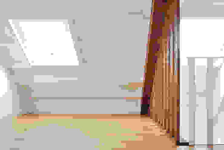 Reforma integral. La casa de la abuela Estudio de Arquitectura Sra.Farnsworth Paredes y suelos de estilo escandinavo