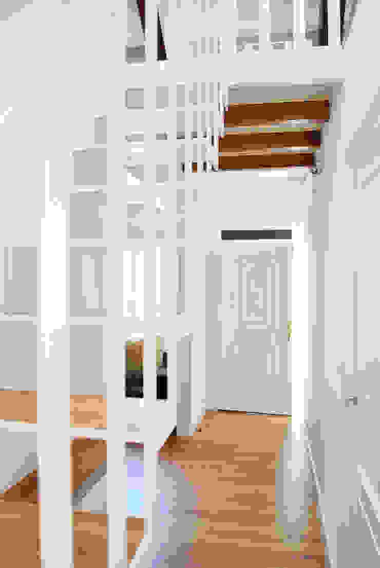 Reforma integral. La casa de la abuela Estudio de Arquitectura Sra.Farnsworth Pasillos, vestíbulos y escaleras de estilo escandinavo