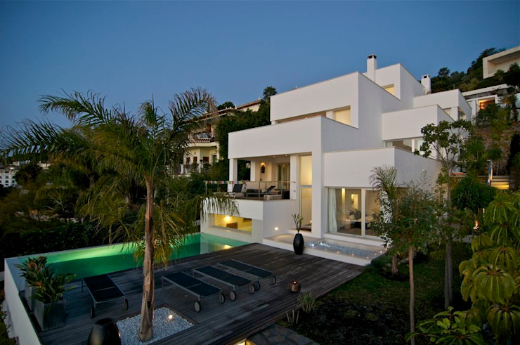 Vista de la casa desde la piscina Casas modernas de SH asociados - arquitectura y diseño Moderno