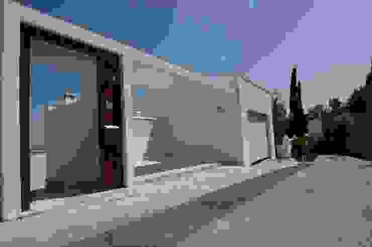 Entrada y garaje Garajes de estilo moderno de SH asociados - arquitectura y diseño Moderno