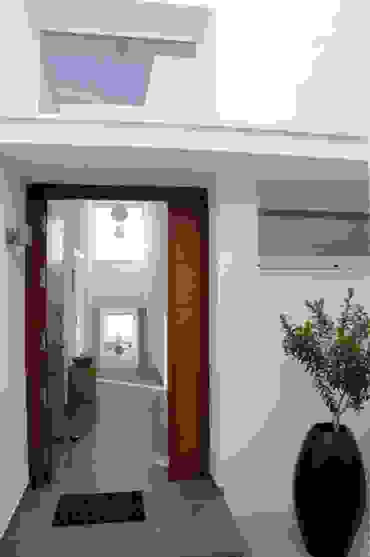Casa Geniol – Punta de la Mona Pasillos, vestíbulos y escaleras de estilo moderno de SH asociados - arquitectura y diseño Moderno