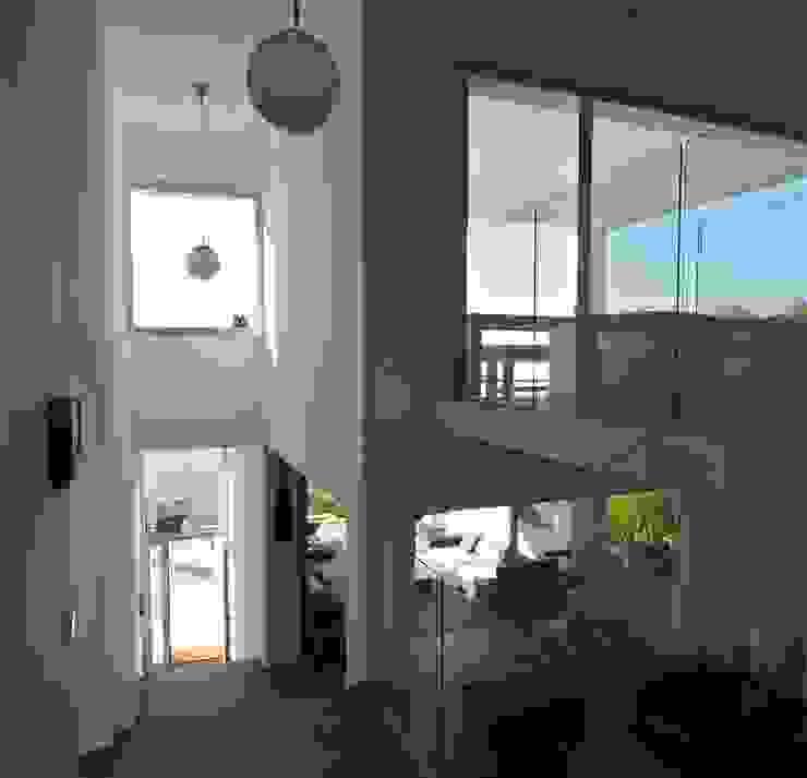 Casa Geniol - Punta de la Mona Pasillos, vestíbulos y escaleras de estilo moderno de SH asociados - arquitectura y diseño Moderno