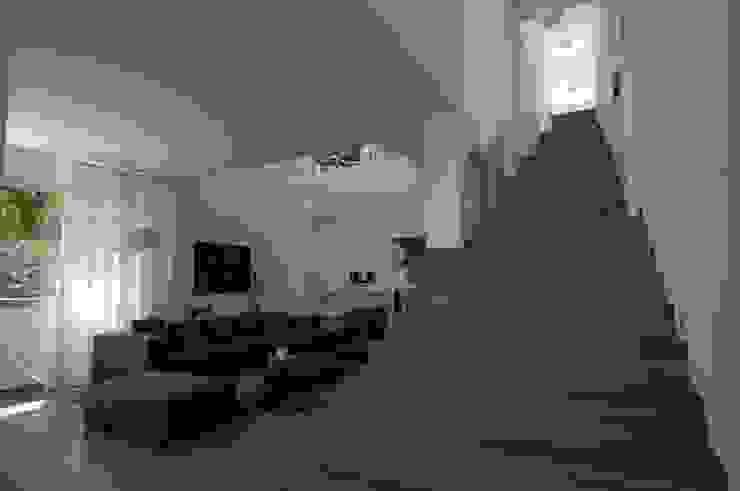 Escalera central - nivel del salón Pasillos, vestíbulos y escaleras de estilo moderno de SH asociados - arquitectura y diseño Moderno