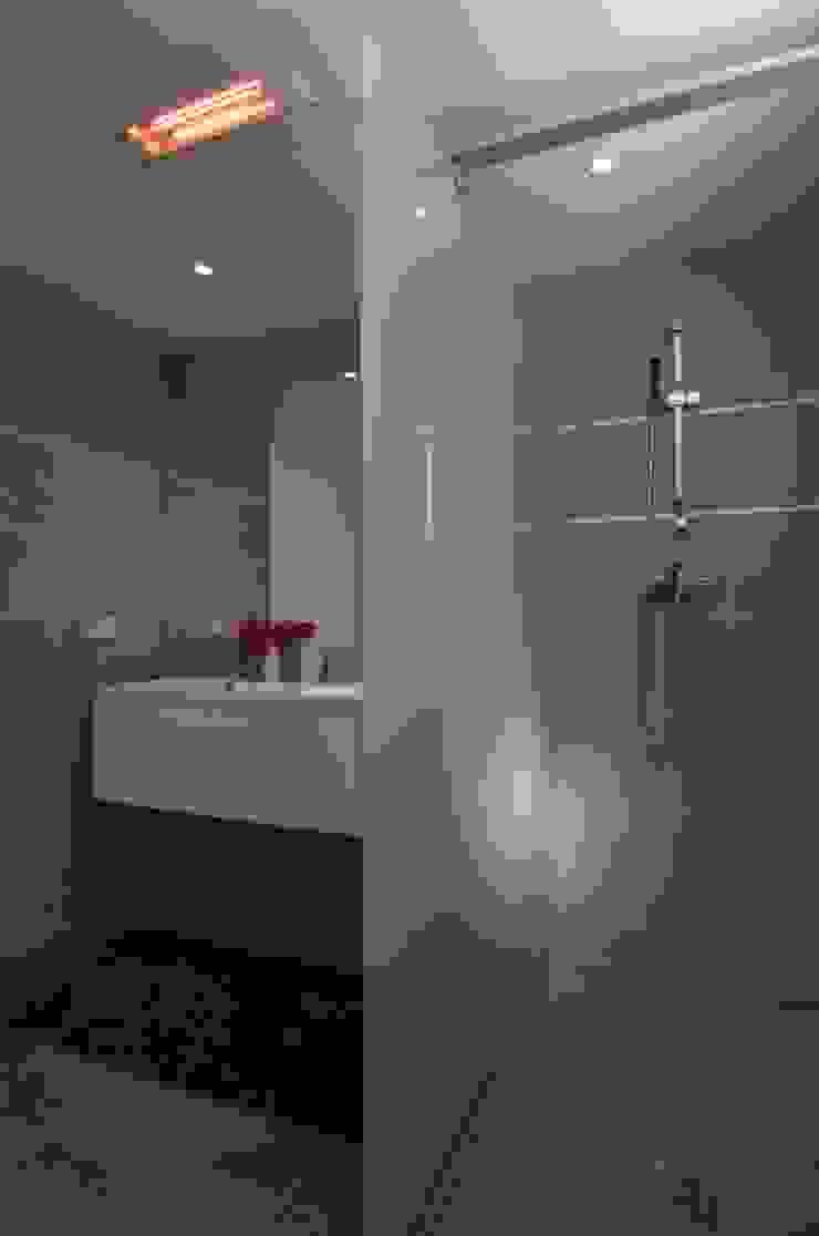 Casa Geniol – Punta de la Mona Baños de estilo moderno de SH asociados - arquitectura y diseño Moderno
