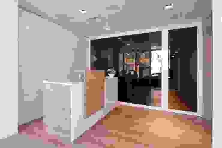 CLÍNICA DENTAL AVINGUDA Clínicas de estilo moderno de Lara Pujol | Interiorismo & Proyectos de diseño Moderno