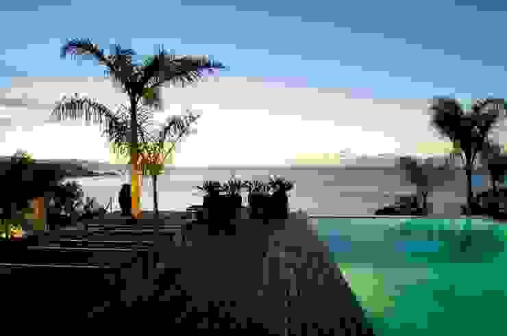 Terraza piscina - vista nocturna Piscinas de estilo moderno de SH asociados - arquitectura y diseño Moderno