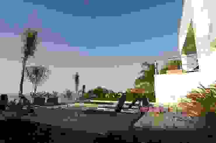Terraza piscina Piscinas de estilo moderno de SH asociados - arquitectura y diseño Moderno