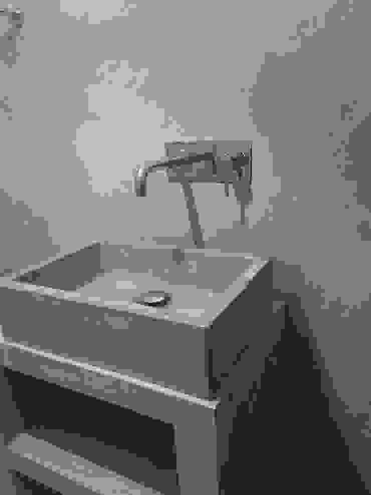 Bagno in microcemento rivestimento e pavimento continuo con lavabo di Pavimento Moderno Minimalista