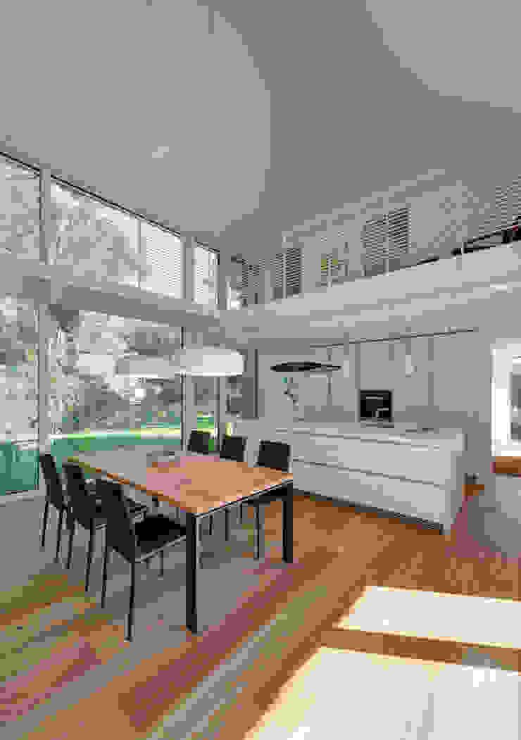Ess- und Wohnbereich zweigeschossig mit Galerie Möhring Architekten Moderne Esszimmer