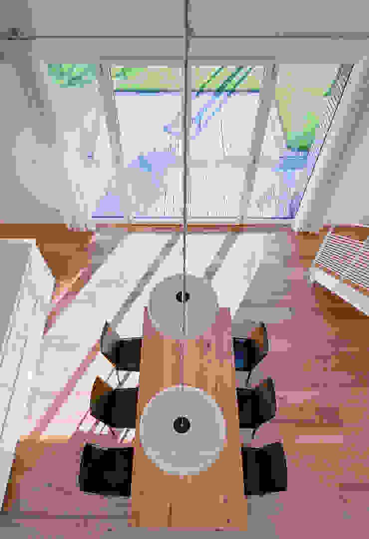 Blick von der Galerie in den offenen Raum Möhring Architekten Moderne Esszimmer