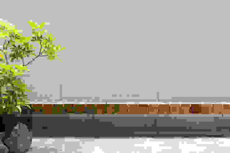 float|座面を宙に浮かせた屋外ベンチ 一級建築士事務所 SAKAKI Atelier バルコニー&ベランダ&テラス家具 木 木目調